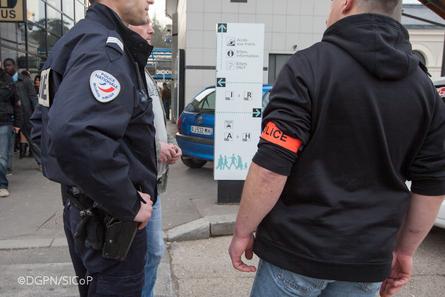 QE – Homicides et tentatives d'homicides au moyen de l'arme administrative hors du service